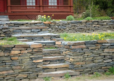 Retaining walls in dry stackstone
