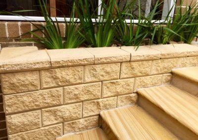 Retaining wall in concrete interlocking blocks